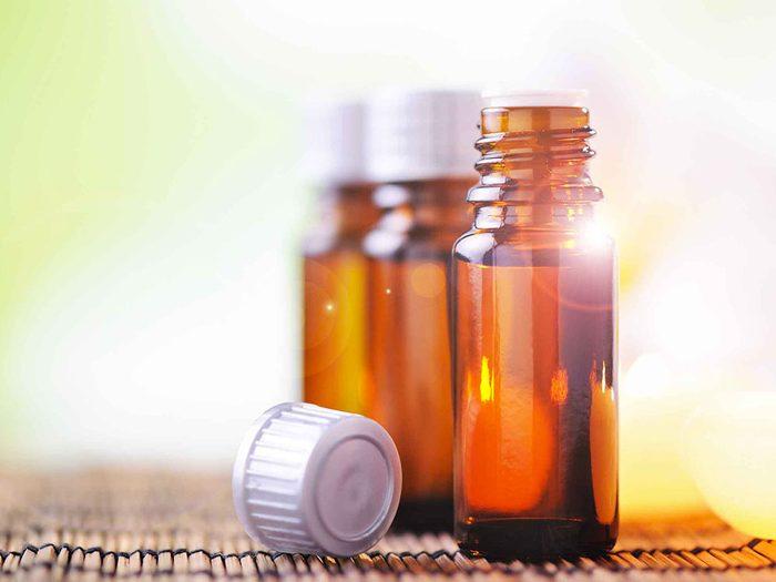 L'huile de théier est un remède maison efficace contre les points noirs.