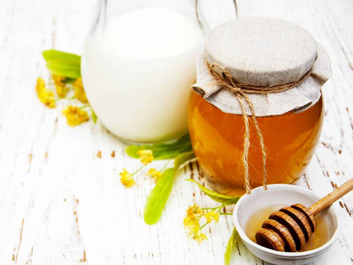 Les bandes de nettoyage maison à base de miel est un remède maison efficace contre les points noirs.