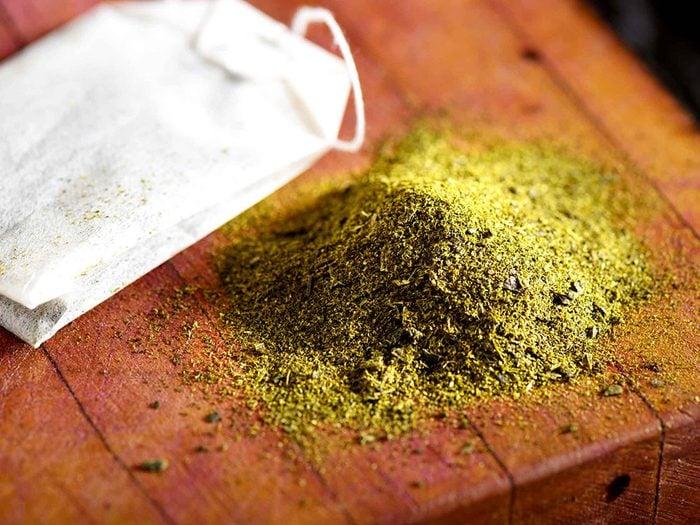 Le thé vert est un remède maison efficace contre les points noirs.