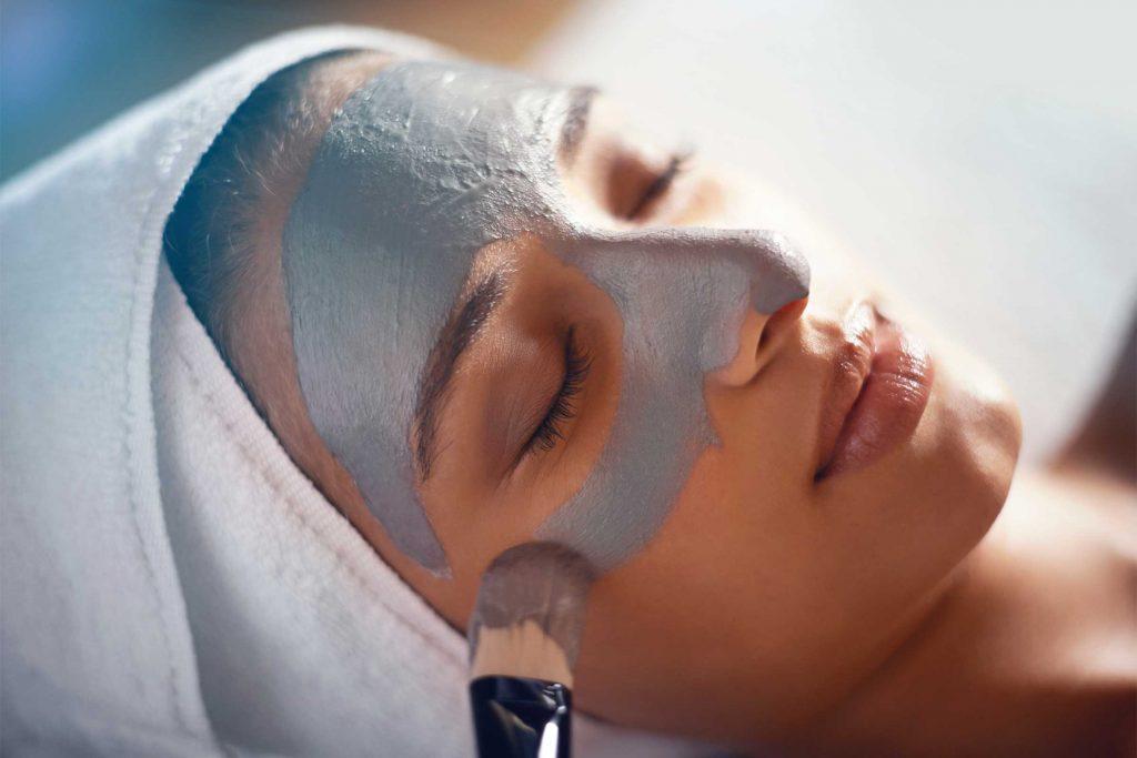 Un facial aide à atténuer les pores dilatés