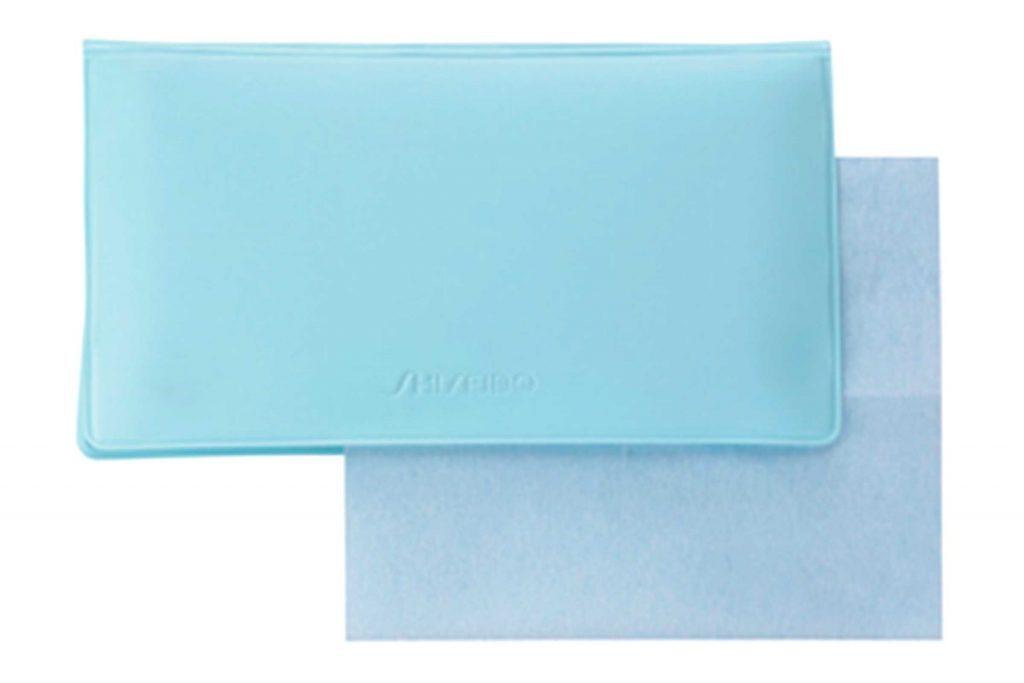 Le papier absorbant aide à atténuer les pores dilatés