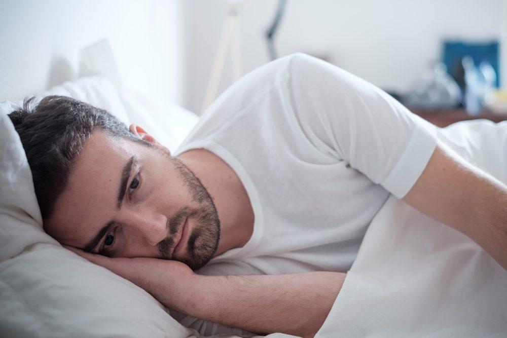 Se rendormir après un réveil en pleine nuit en comptant les moutons ou en récitant des poèmes pour s'ennuyer.
