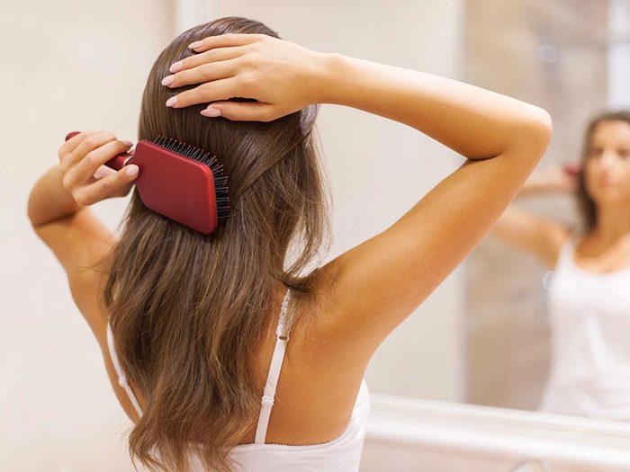 Le shampoing sec exige un temps d'absorption.