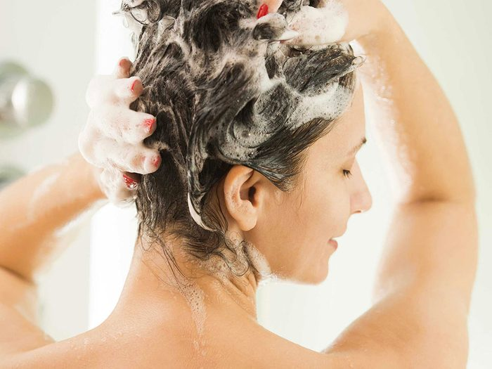 Le shampoing sec n'est pas un vrai shampoing.