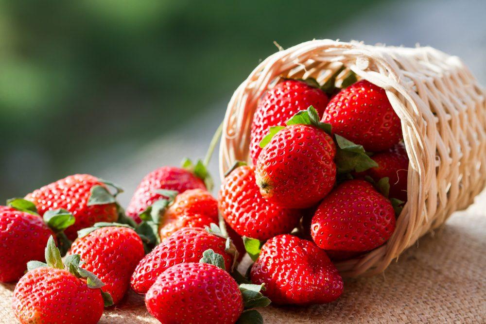 Les fraises peuvent être un bon traitement maison pour blanchir les dents.
