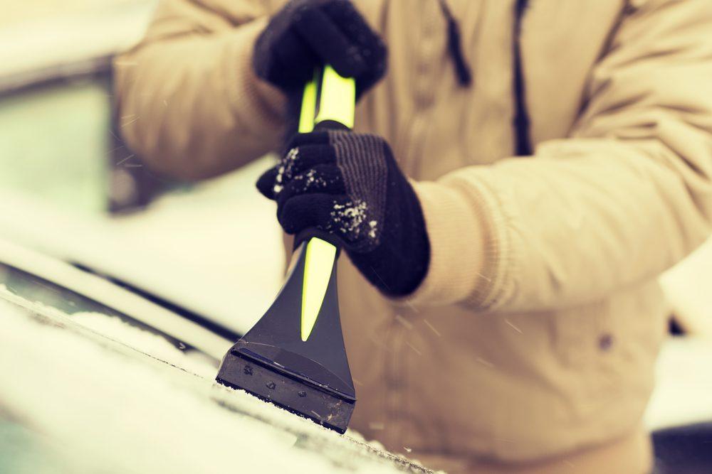 Pour éviter que les pare-brises glacés, vous devez y frotter un oignon cru.