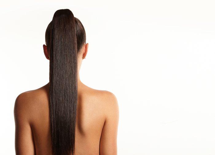Attendez que vos cheveux soient sec avant de les attacher en queue de cheval.