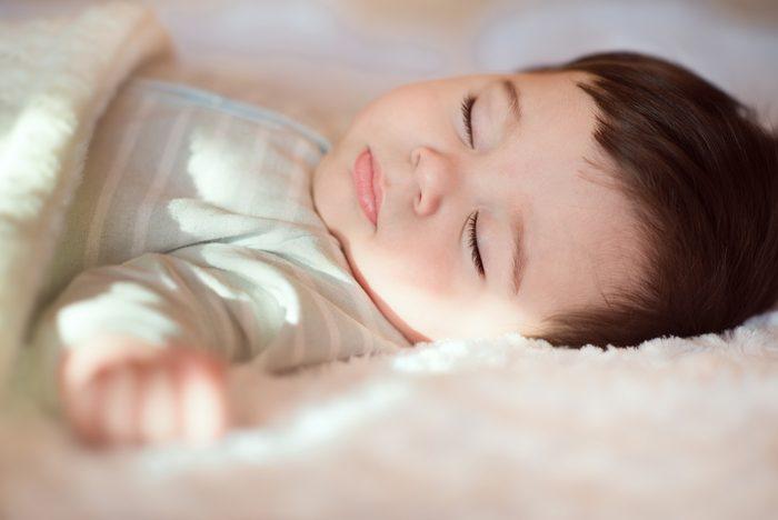 Coucher votre enfant plus tôt peut l'aider à avoir un meilleur sommeil.