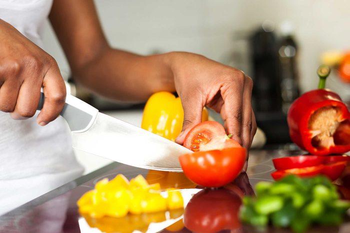 cuisiner ses propres repas est l'une des choses que vous devez savoir pour devenir un adulte.