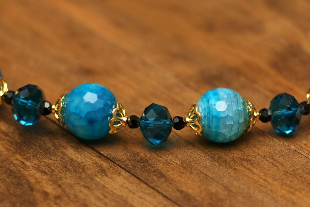 Porter des bijoux tocs est une erreur qui vous vieillit.