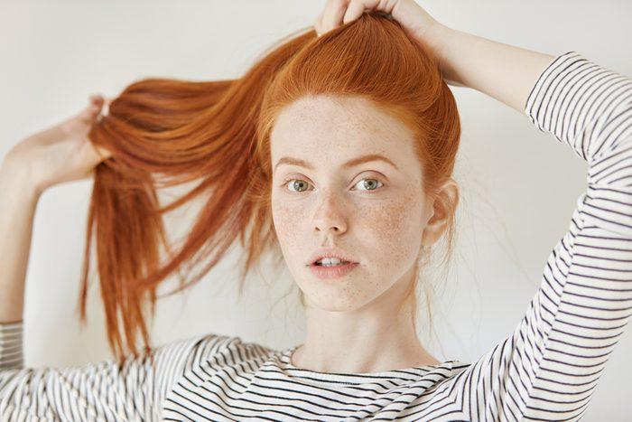 Brosser vos cheveux avant de les attacher en queue de cheval.