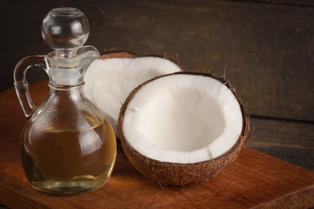 Un bain de bouche à l'huile de coco est un traitement maison de blanchissement de dents.