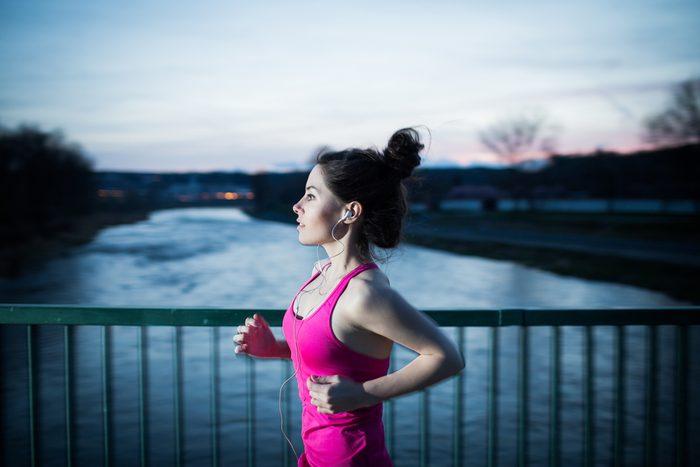 Faire du jogging seule le soir peut vous rendre vulnérable aux attaques.