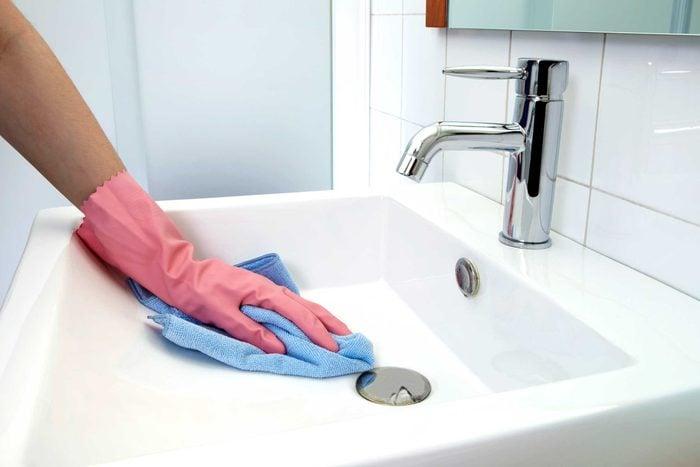 Nettoyer la salle de bain est l'une des choses que vous devez savoir pour devenir un adulte.