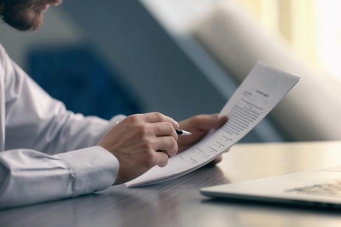 Comprendre votre contrat d'assurance maladie est l'une des choses que vous devez savoir pour devenir un adulte.