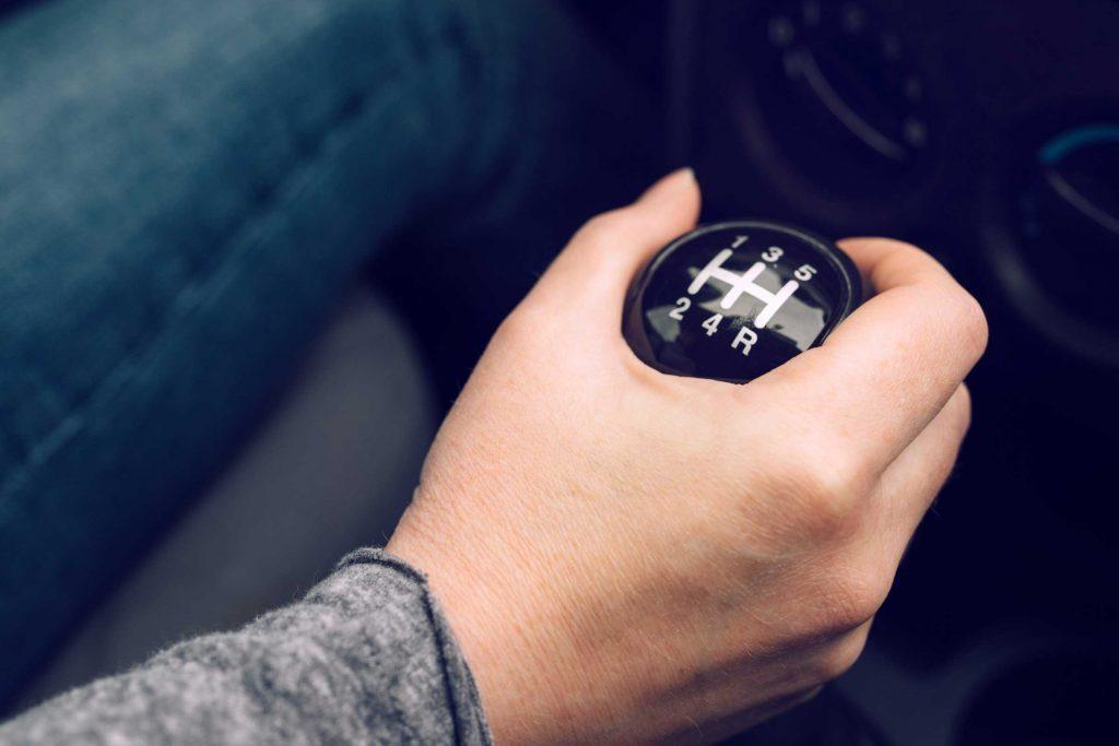Conduire manuel est l'une des choses que vous devez savoir pour devenir un adulte.
