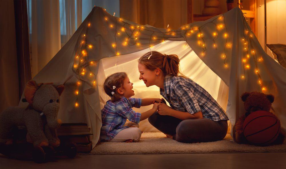 Aider votre enfant à se calmer avant d'aller au lit vous aidera à le coucher plus tôt.
