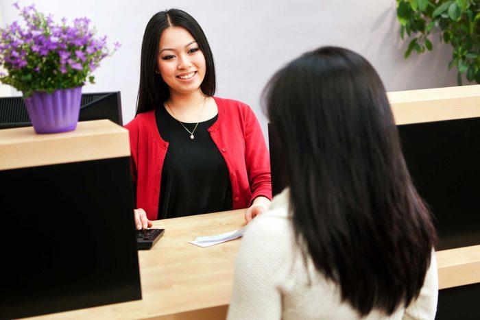 ouvrir un compte à la banque est l'une des choses que vous devez savoir pour devenir un adulte.