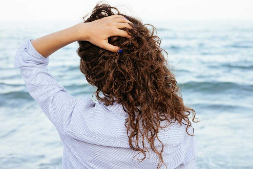 Il existe des revitalisants pour cheveux frisés.