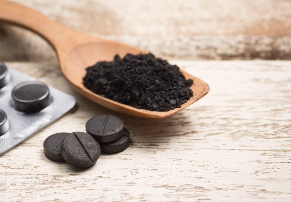 Le charbon actif est un traitement maison efficace pour blanchir les dents.