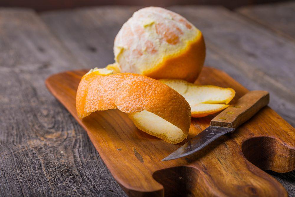 La peau d'orange est un traitement maison efficace pour blanchir les dents.