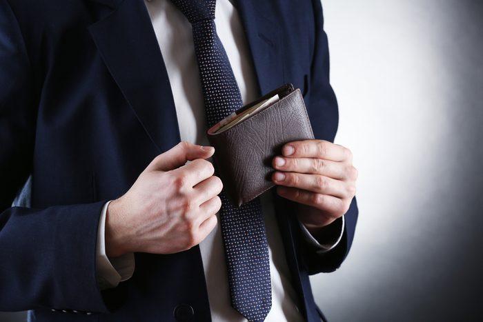 Faites attention à ne pas signaler aux étrangers où est votre portefeuille.