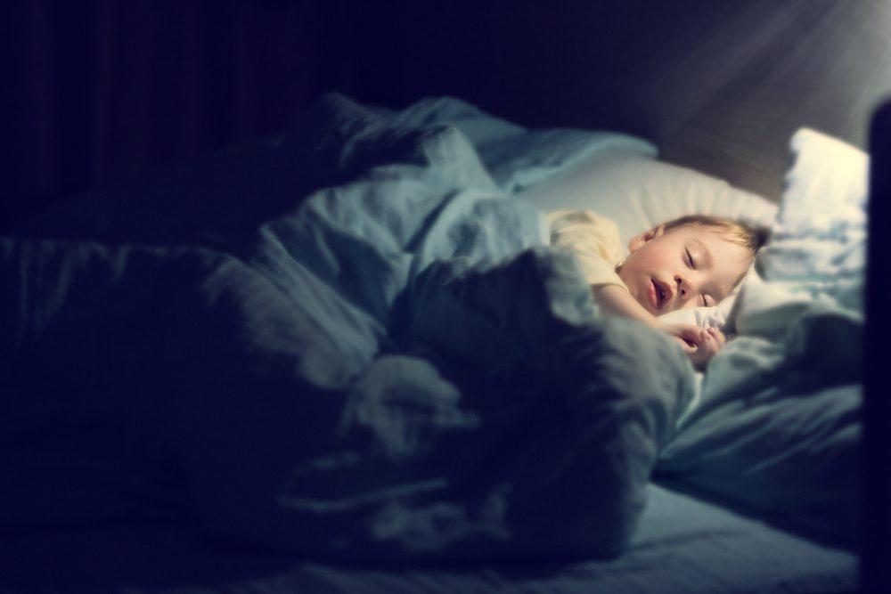 Laisser votre enfant faire la sieste vous aidera à le mettre au lit plus tôt.
