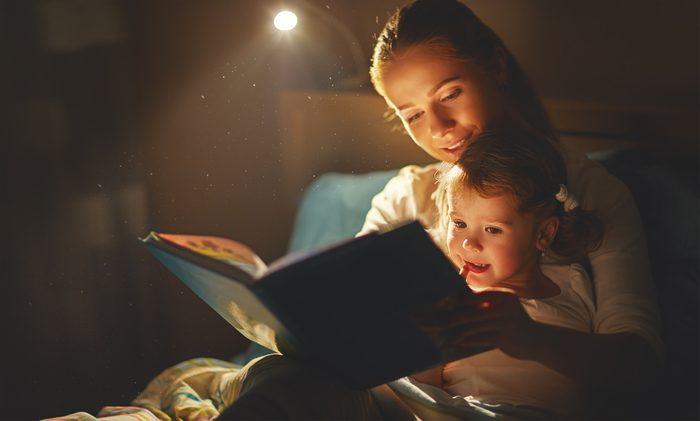 Apaisez votre enfant avec une lecture avant de le mettre au lit.