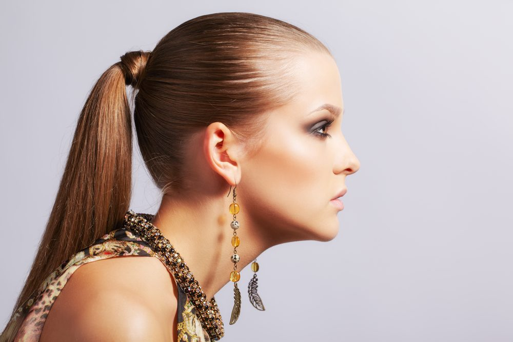 Lissez vos cheveux avec de la laque avant de les attacher en queue de cheval.