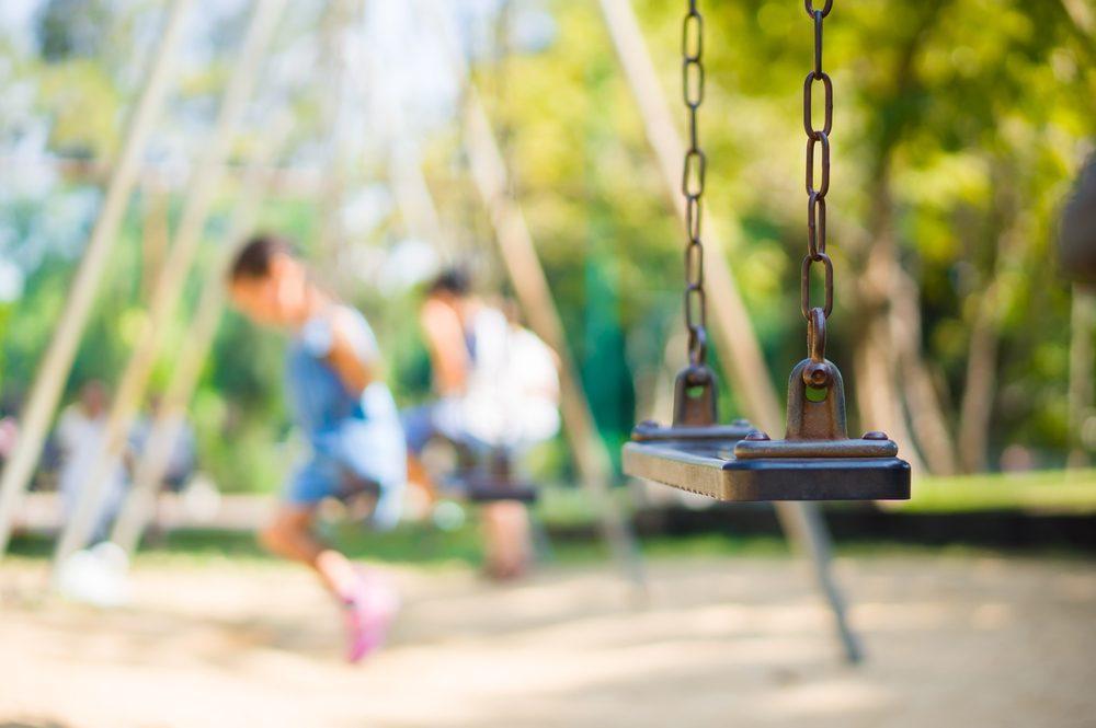 Faites attention de bien surveiller vos enfants lorsqu'ils jouent au parc.