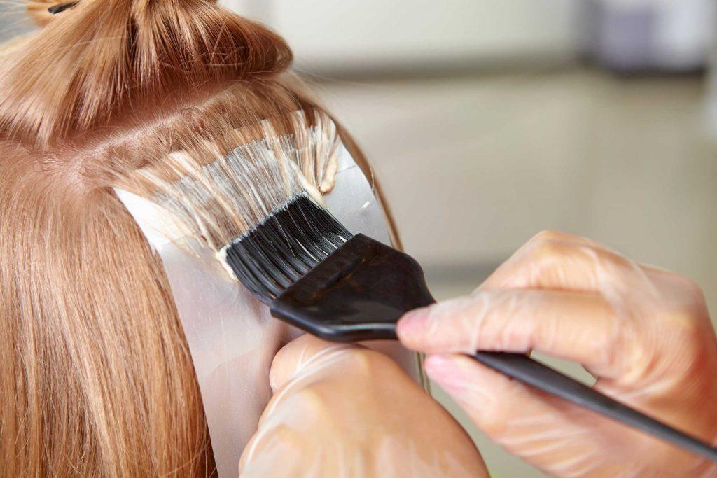 Il existe des revitalisants conçus pour les cheveux teints.
