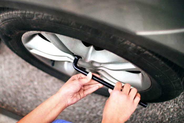Changer un pneu est l'une des choses que vous devez savoir pour devenir un adulte.