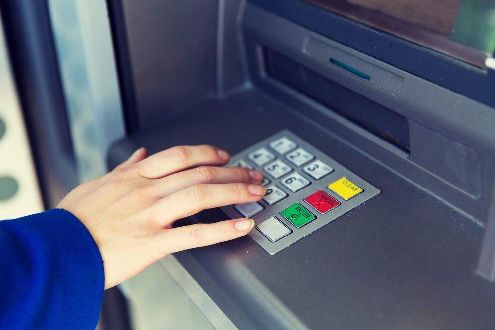 Les prédateurs reconnaissent les personnes âgées qui vont à encaisser leur chèque.