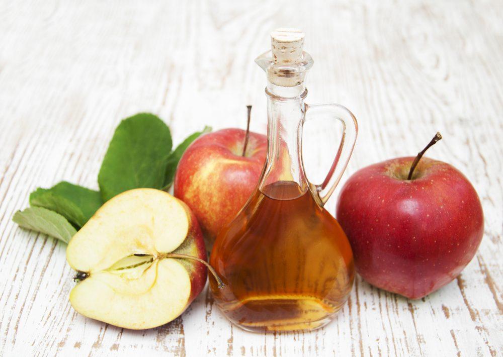 Le vinaigre de cidre de pommes est un traitement maison efficace pour blanchir les dents.