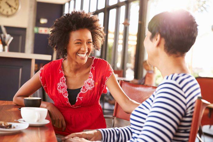 Faire la conversation est l'une des choses que vous devez savoir pour devenir un adulte.