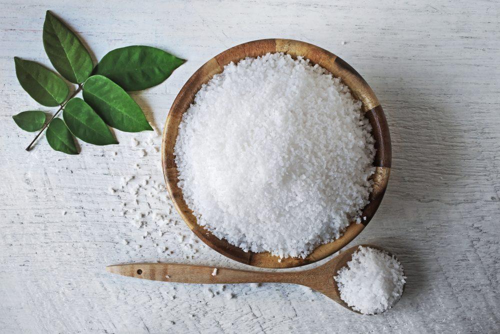 Le sel de mer est un traitement maison de blanchissement de dents.