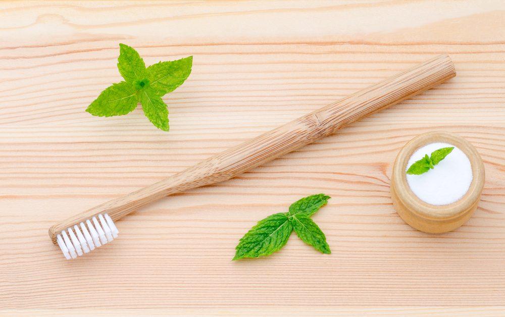 Le dentifrice maison est un traitement maison efficace pour blanchir les dents.
