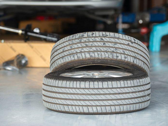 Considérez les pneus moins récents avant d'acheter des pneus.