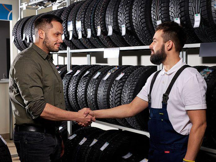 Choisir le bon vendeur pour acheter des pneus.