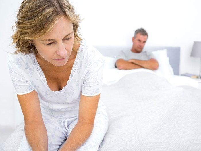 Des relations sexuelles douloureuses font partie des symptômes du cancer des ovaires.