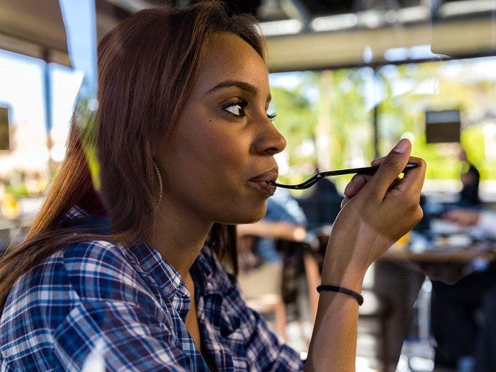 La perte d'appétit fait partie des symptômes du cancer des ovaires.