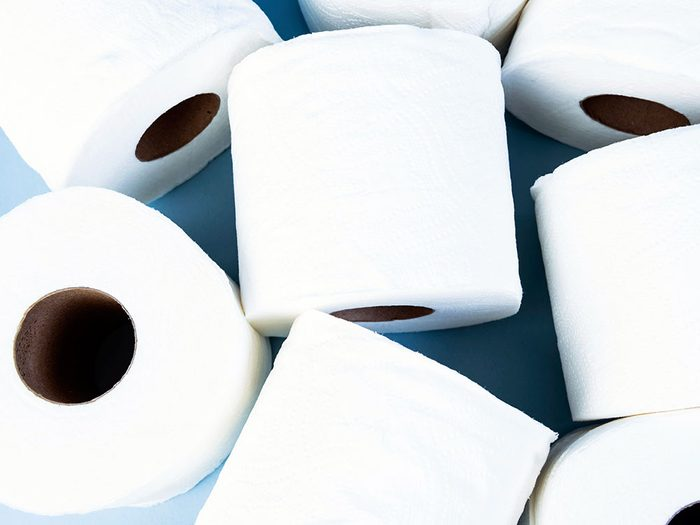 Uriner plus souvent fait partie des symptômes du cancer des ovaires.