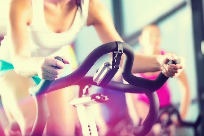Trop de sport peut causer la douleur aux seins.
