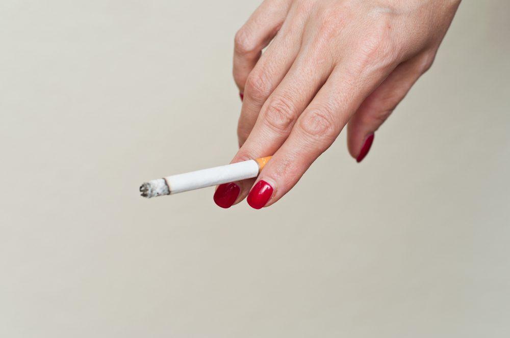 La fumée de cigarette peut obstruer les pores