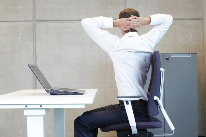 Yoga: posture de la chaise avec torsion