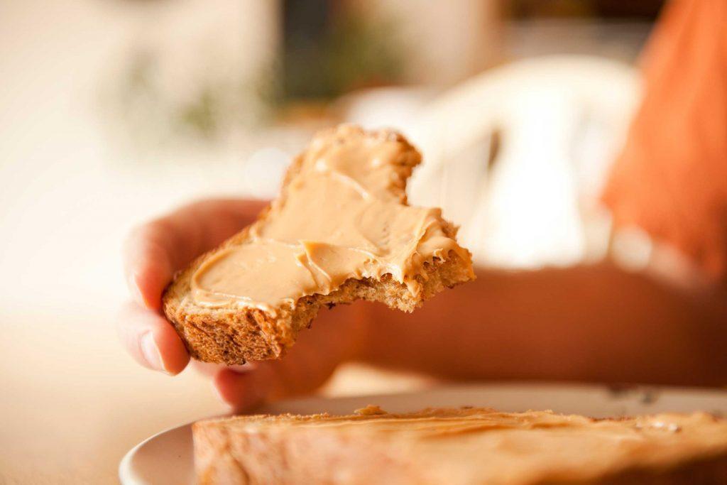 Le beurre d'arachide faible en gras contient plus de sucre.