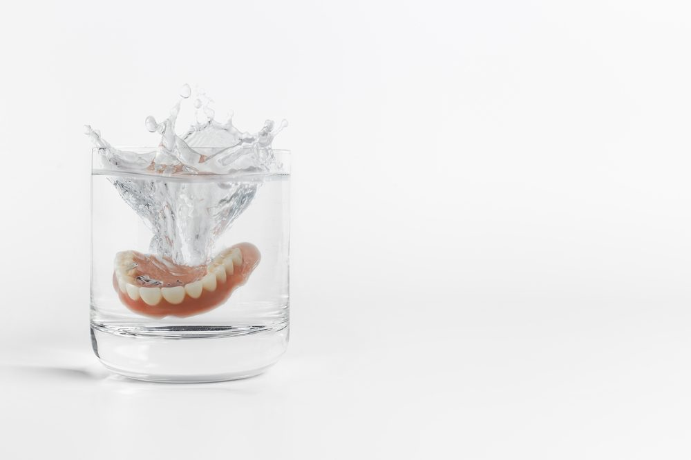 Bien nettoyer vos dentiers vous aidera a avoir meilleure haleine.