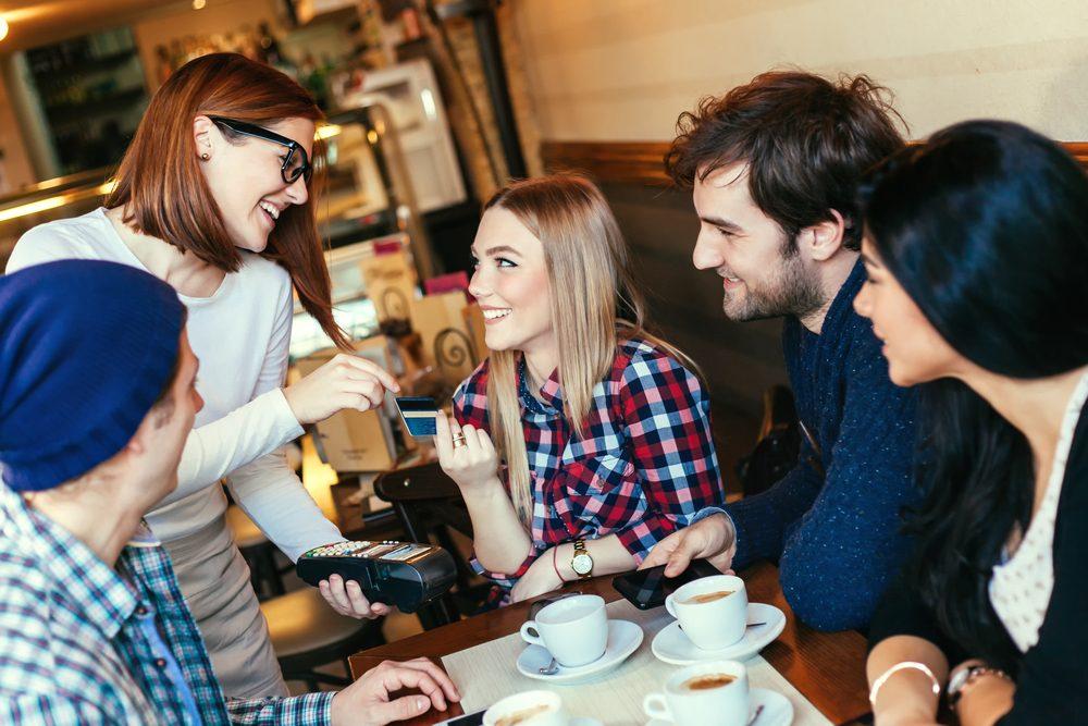 Quand vous payez l'addition pour un groupe, dites-le au serveur rapidement.