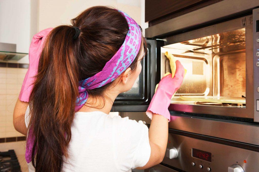Nettoyez régulièrement votre microonde.