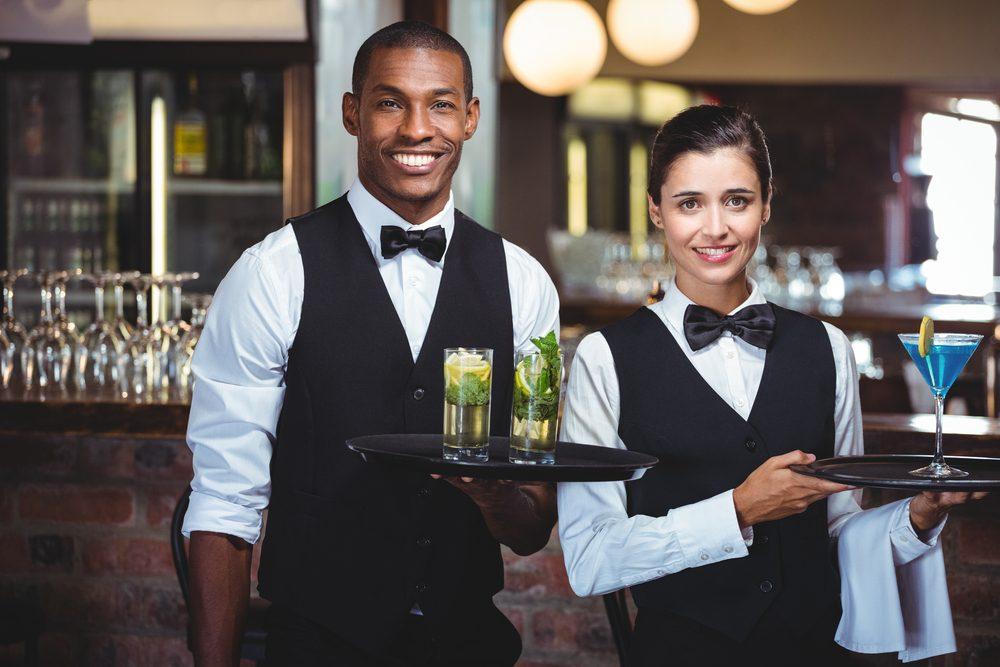 Lorsque vous allez au restaurant, laissez un bon pourboire au serveur.